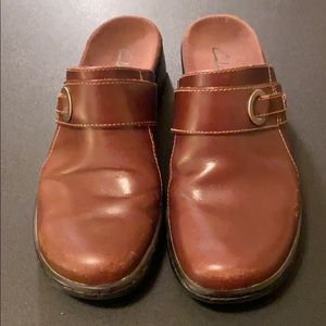 CLARKS leather clogs.